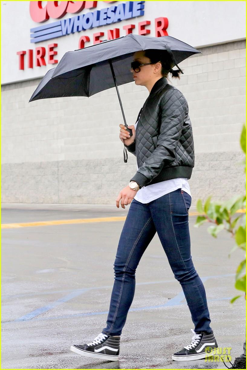 amanda bynes rainy costco run with parents 01