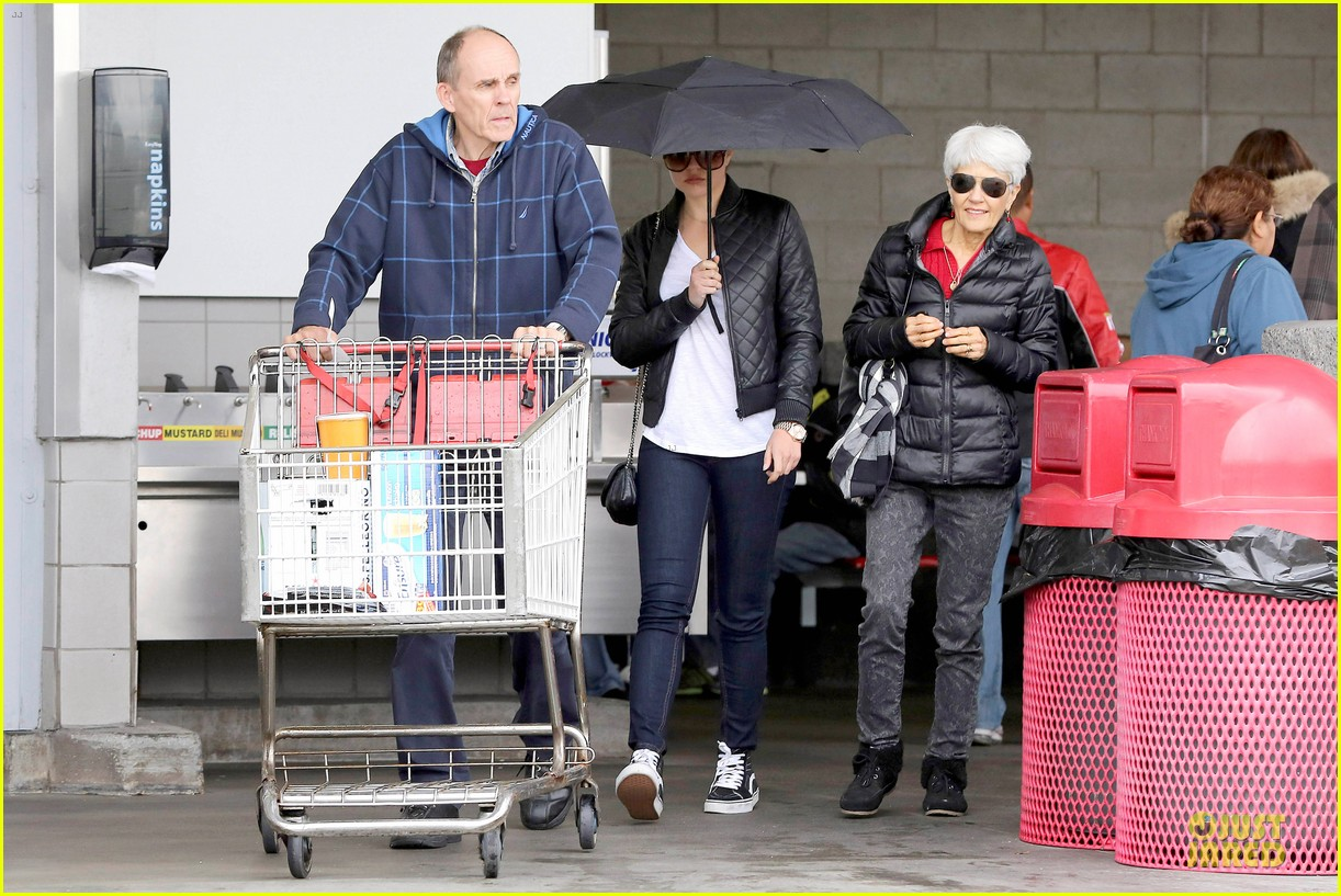 amanda bynes rainy costco run with parents 063007308