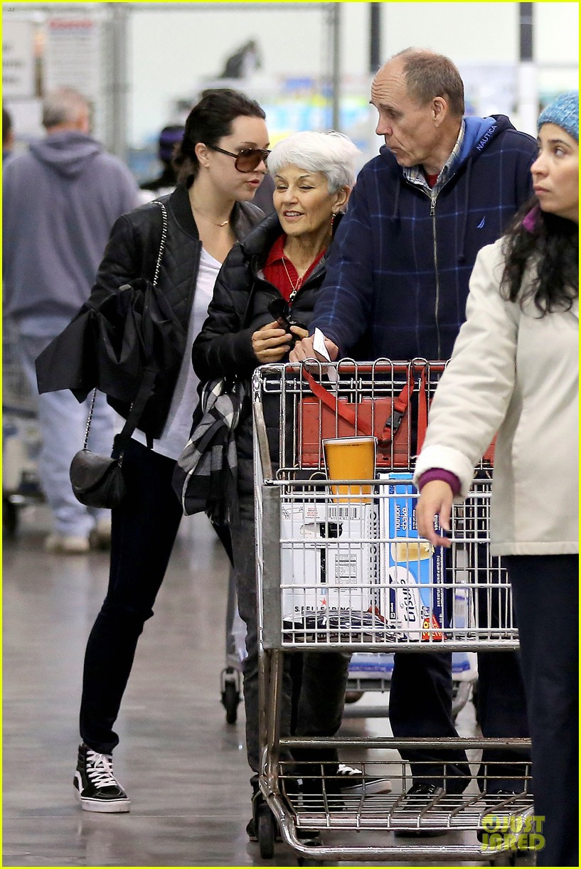 amanda bynes rainy costco run with parents 15