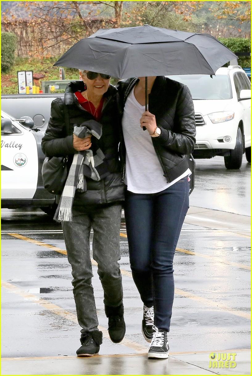 amanda bynes rainy costco run with parents 20
