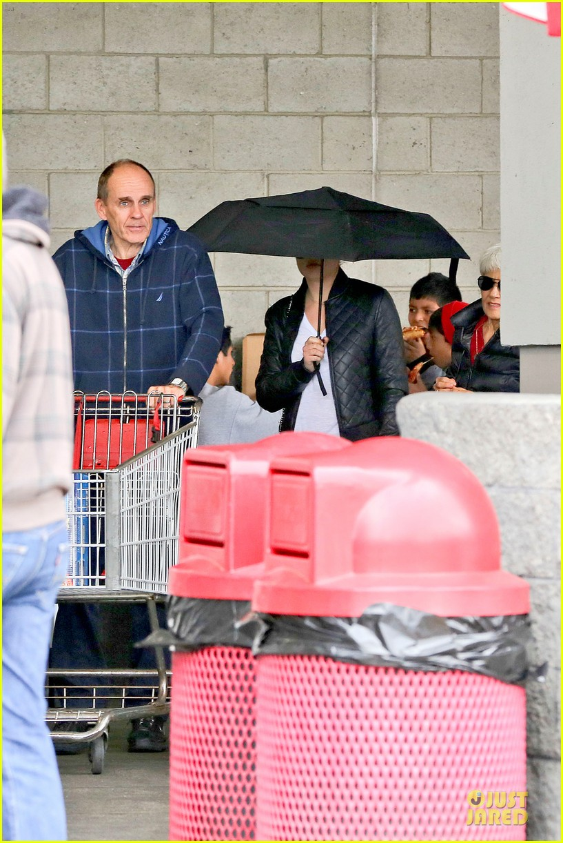 amanda bynes rainy costco run with parents 29
