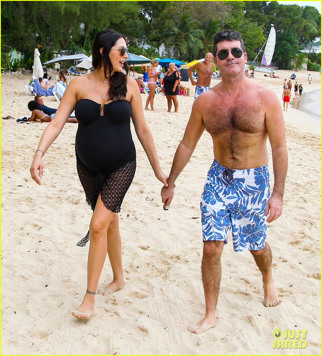 simon cowell shirtless beach stroll with pregnant girlfriend lauren silverman 02