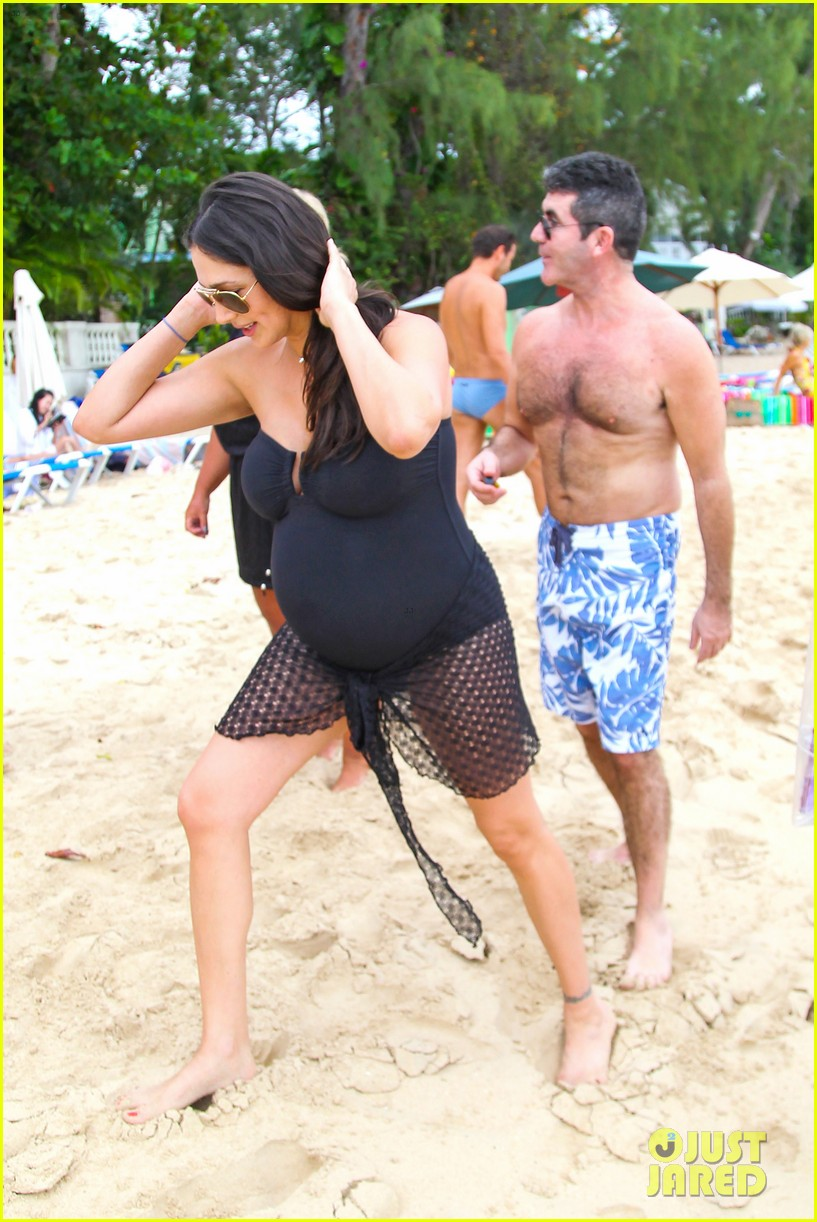 simon cowell shirtless beach stroll with pregnant girlfriend lauren silverman 16
