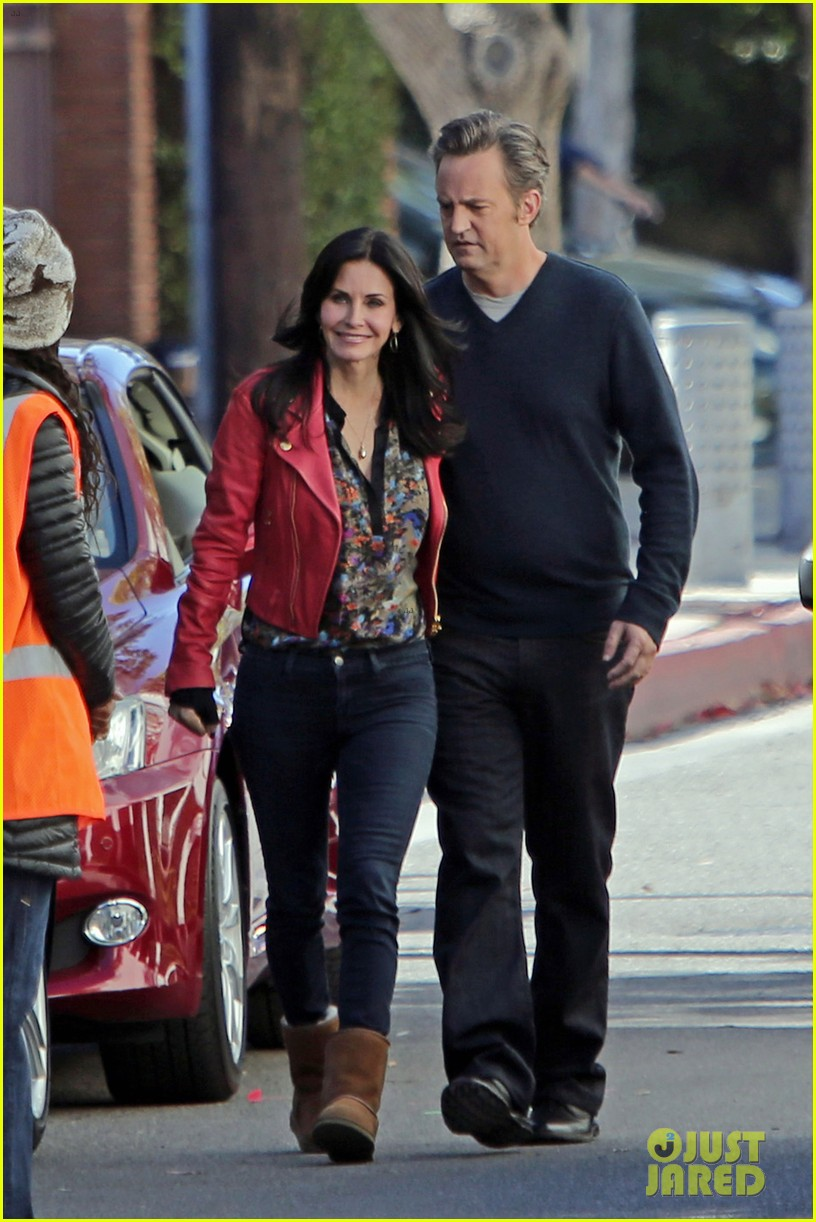 courteney cox matthew perry reunite for cougar town 04