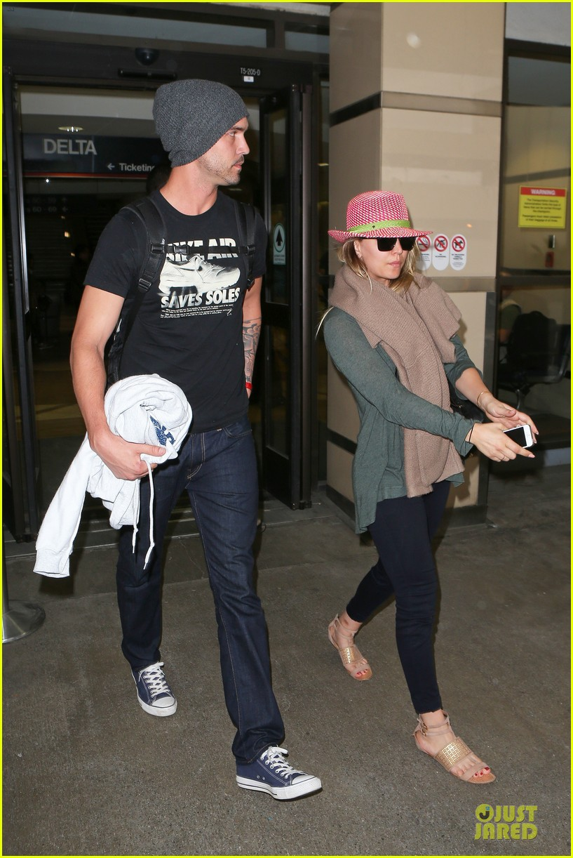 kaley cuoco ryan sweeting lax arrival after bahamas vacay 123004489