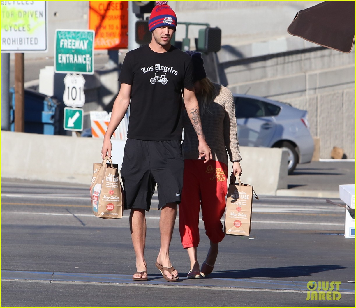 kaley cuoco ryan sweeting whole foods twosome 15