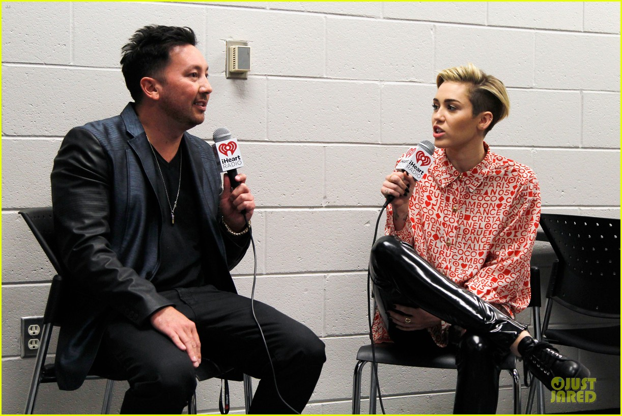 miley cyrus backstage at power 961 jingle ball 2013 06