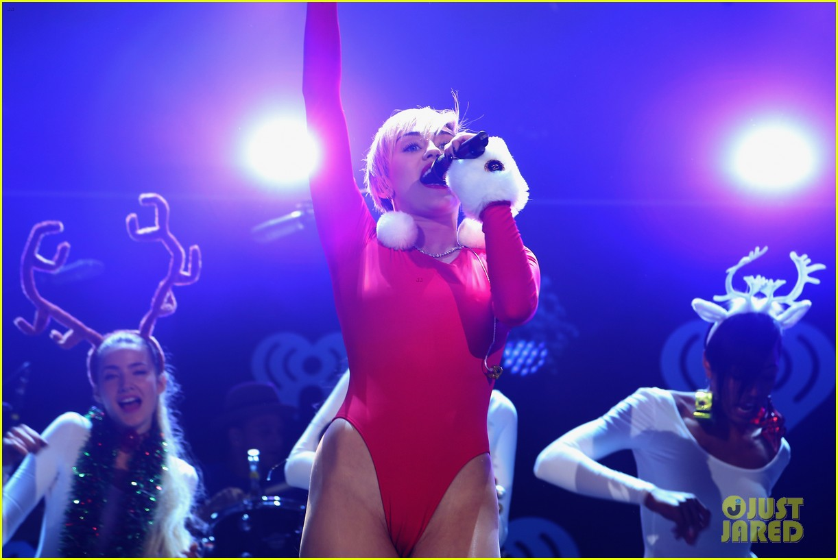 miley cyrus performs after being named artist of the year 08