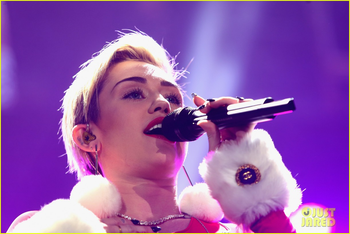miley cyrus performs after being named artist of the year 21