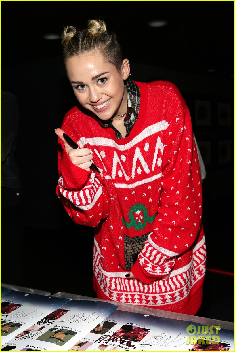 miley cyrus stolen christmas sweater at tampa jingle ball 053014551