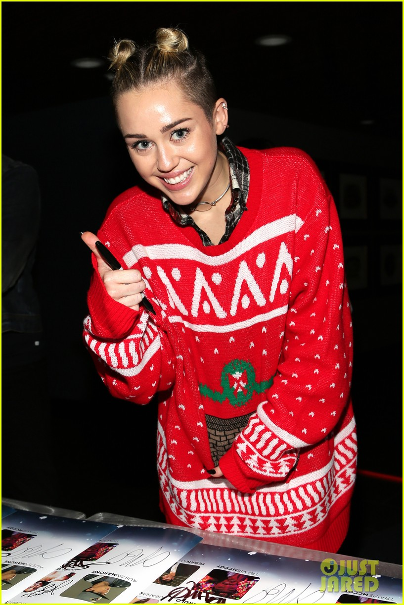 miley cyrus stolen christmas sweater at tampa jingle ball 07