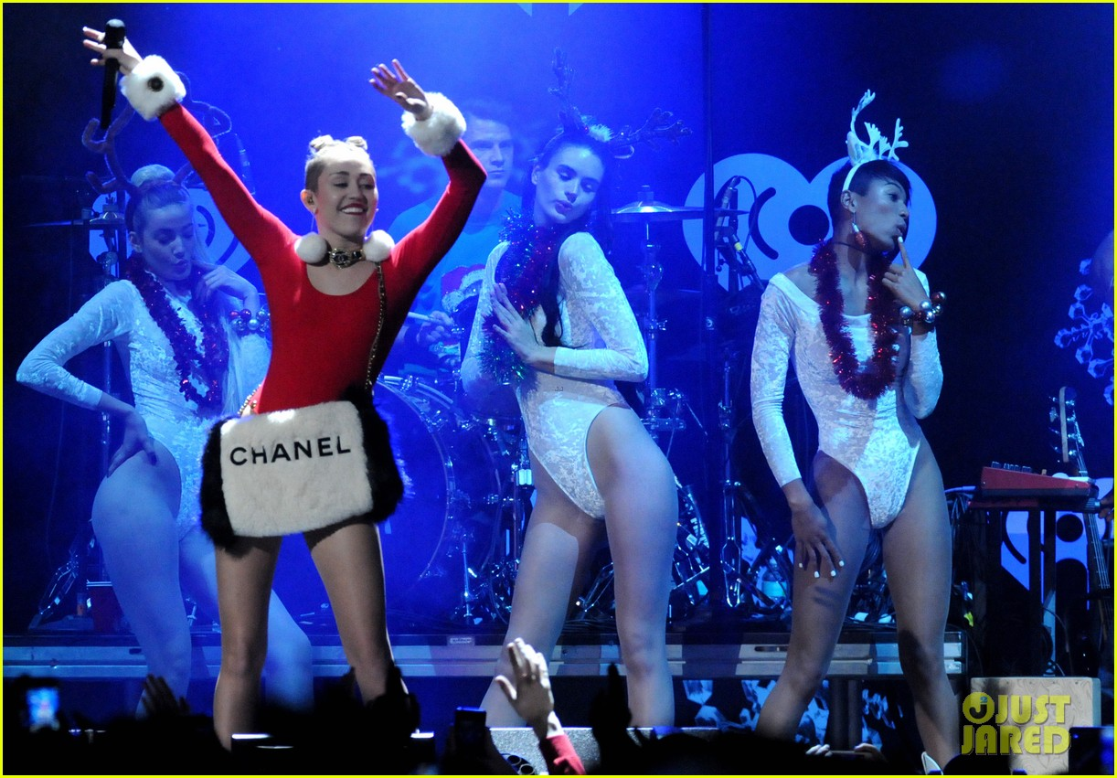 miley cyrus stolen christmas sweater at tampa jingle ball 203014566