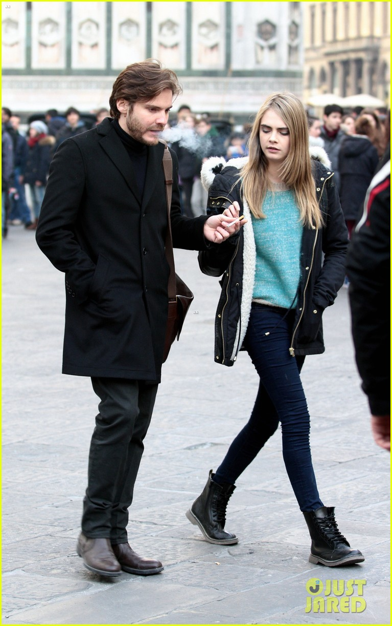 cara delevingne films a movie with daniel bruhl in italy 05