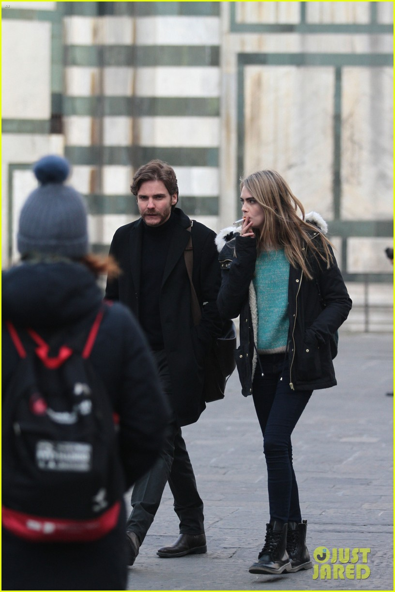 cara delevingne films a movie with daniel bruhl in italy 06