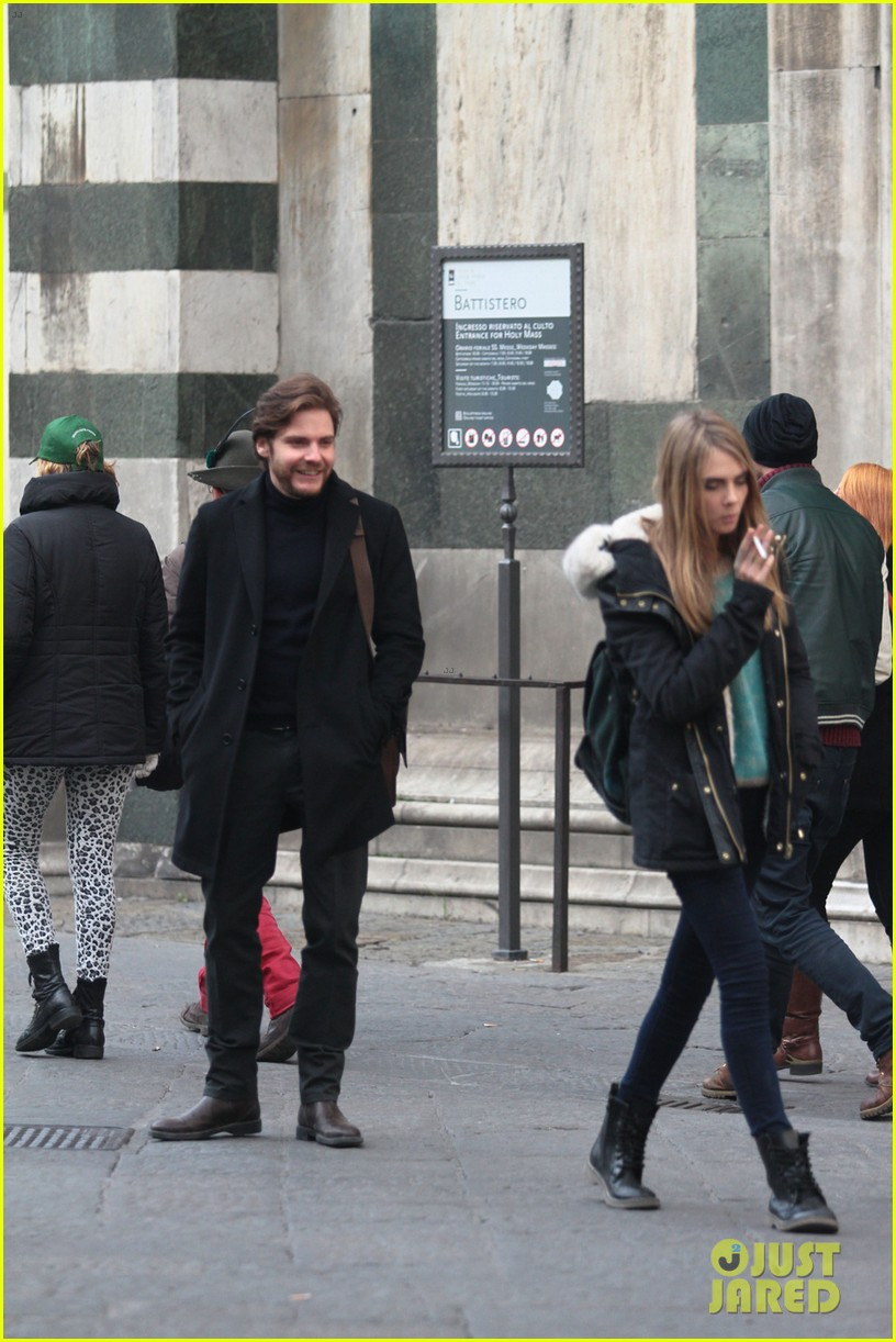 cara delevingne films a movie with daniel bruhl in italy 10