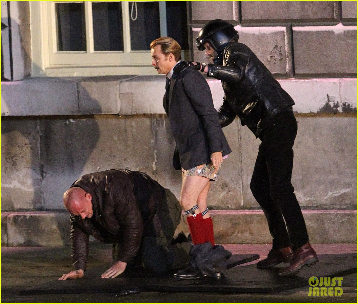 johnny depps pants fall to the ground while filming mortdecai 073008469