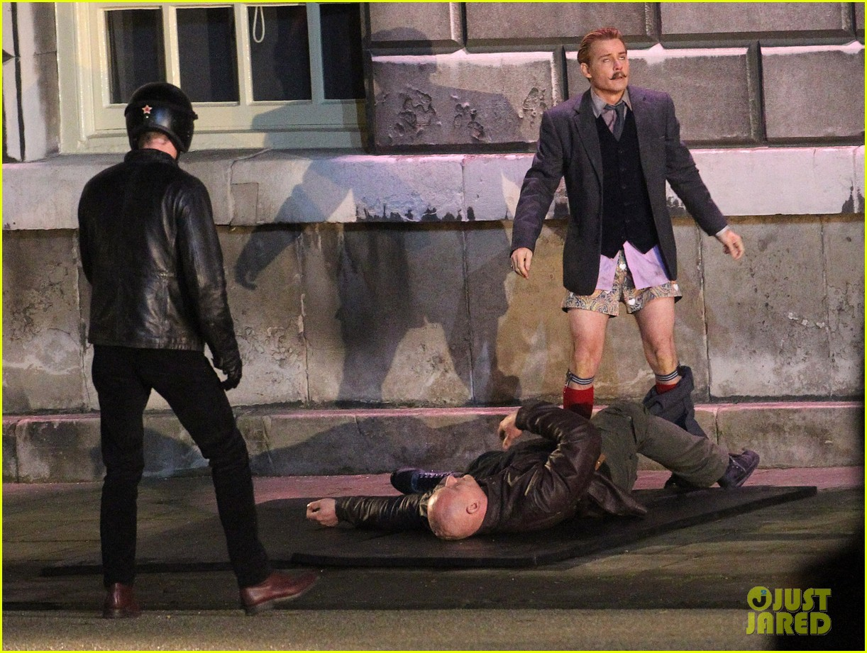 johnny depps pants fall to the ground while filming mortdecai 093008471