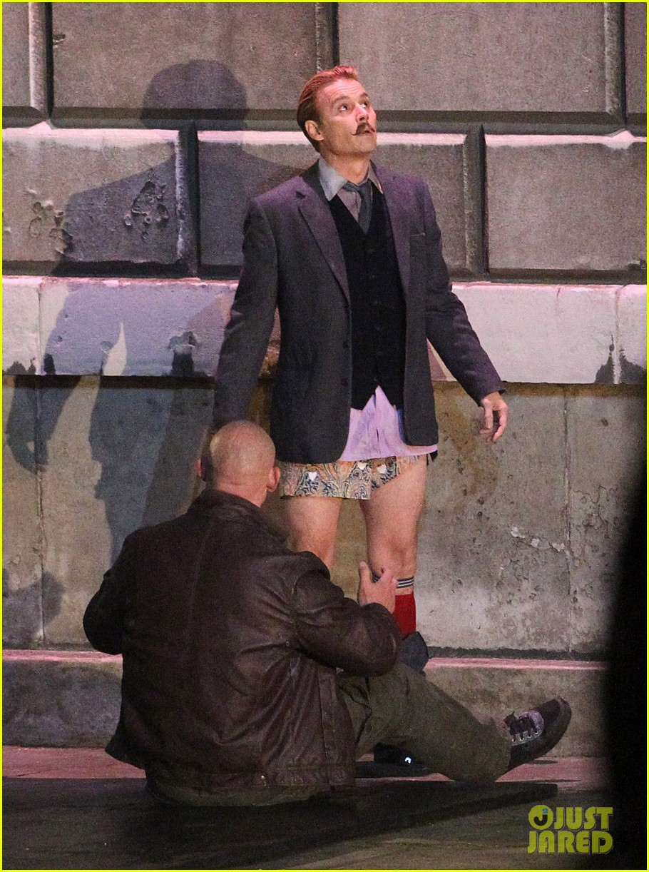 johnny depps pants fall to the ground while filming mortdecai 20