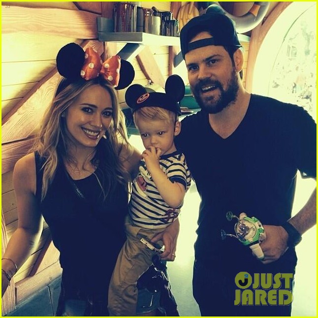 hilary duff mike comrie lucas first time at disneyland 01