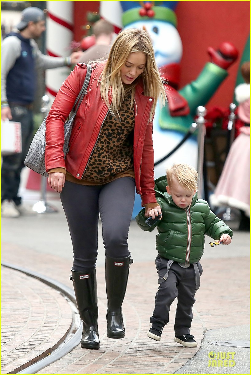 hilary duff santa claus visit with luca 07