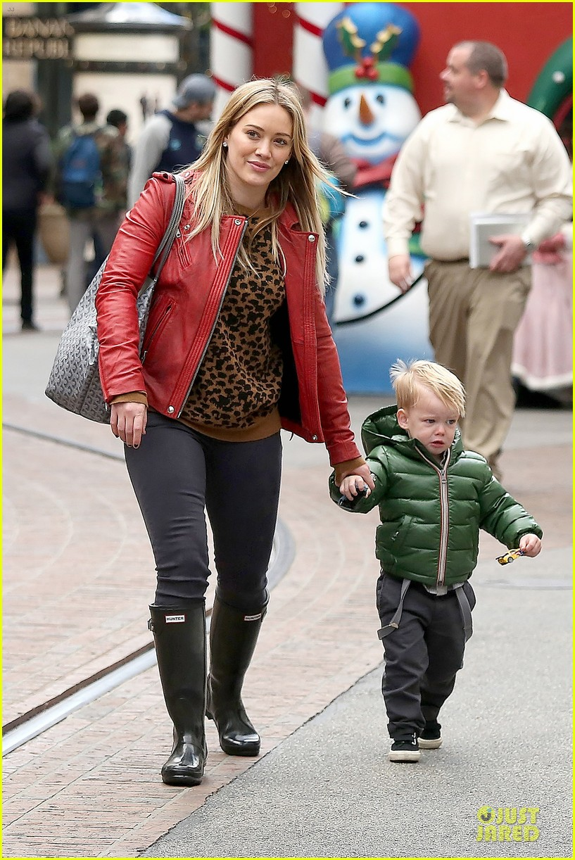 hilary duff santa claus visit with luca 10