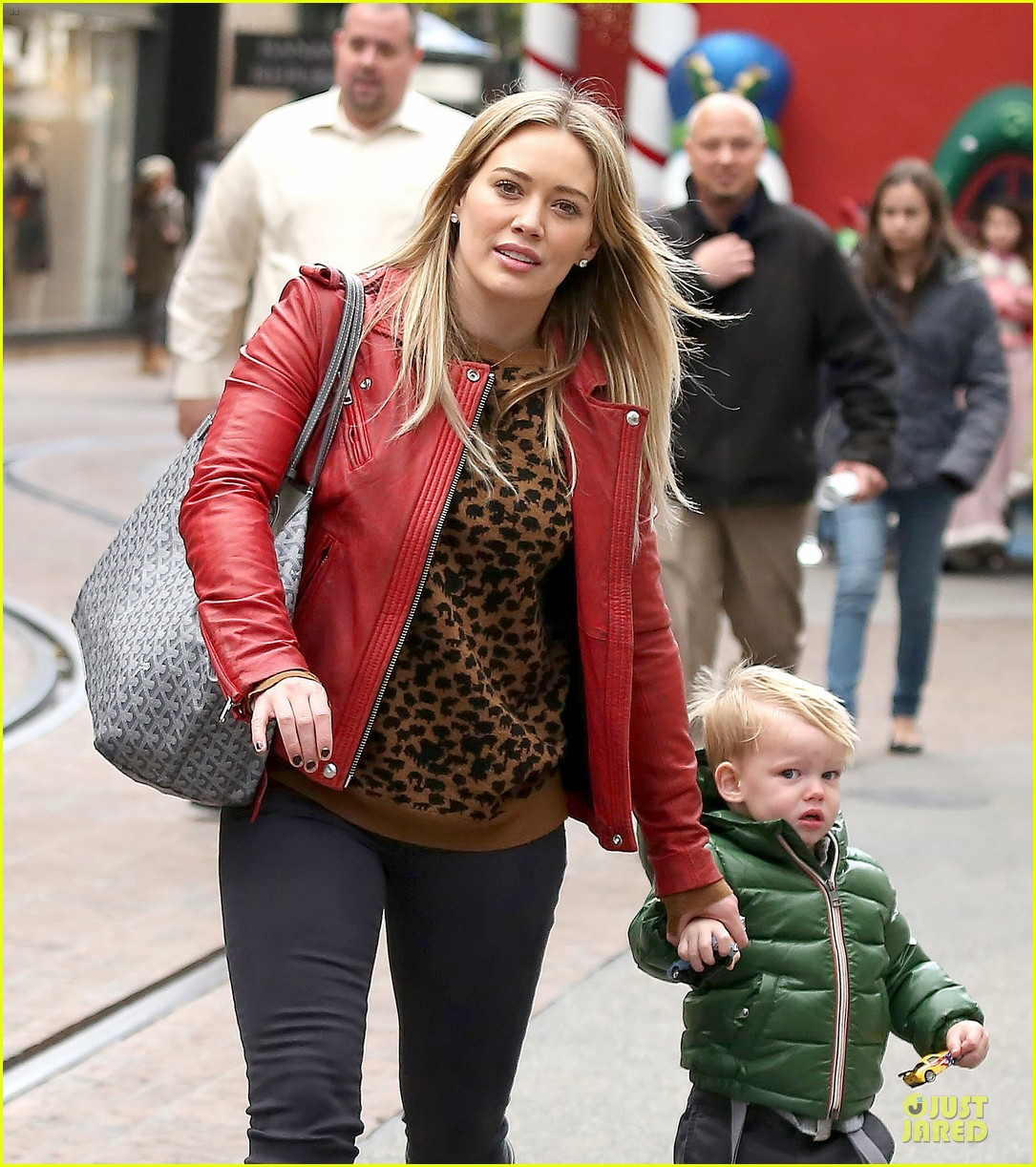 hilary duff santa claus visit with luca 17