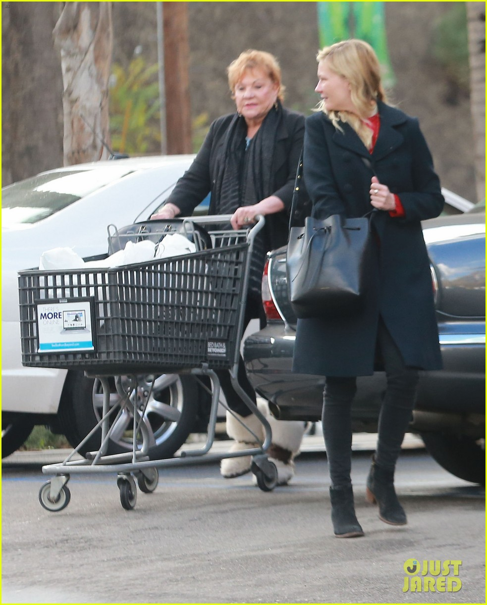 kirsten dunst saturday shopping mom inez 04