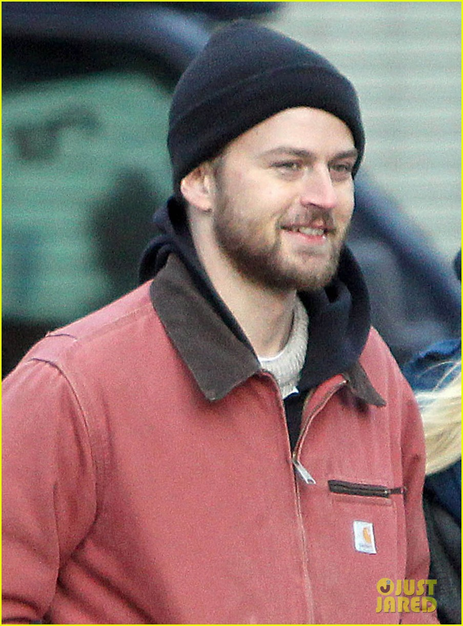 dakota fanning boyfriend jamie stratchan walk arm in arm in new york city 043010764