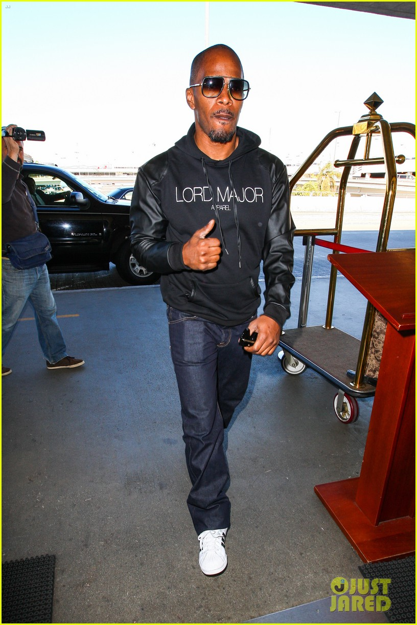jamie foxx sends kwanzaa greetings before taking flight 06