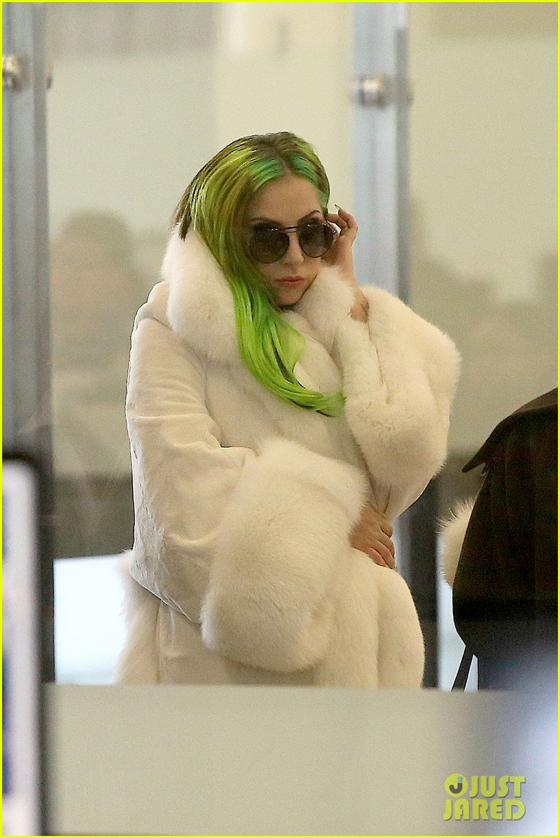 lady gaga flies out after voice duet with christina aguilera 09