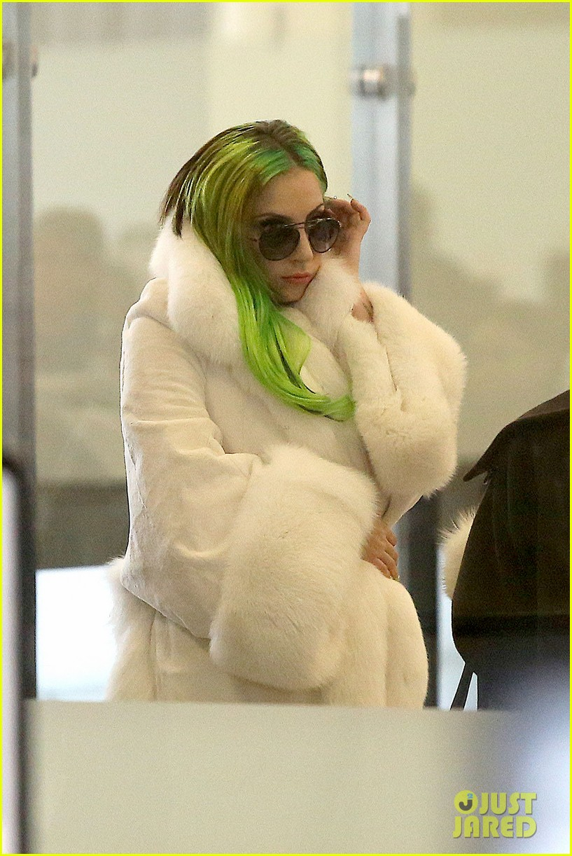 lady gaga flies out after voice duet with christina aguilera 14