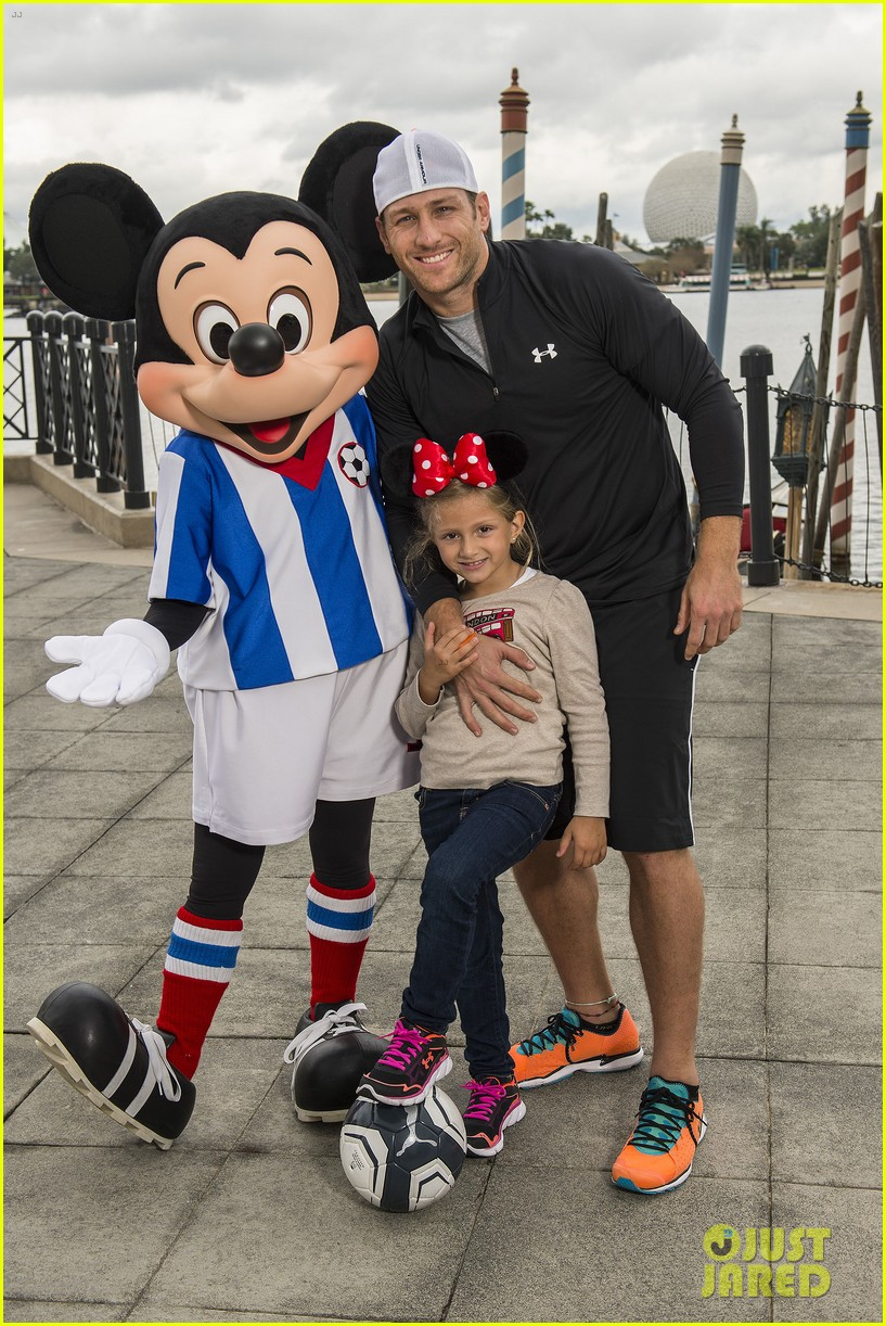 the bachelors juan pablo galavis visits disney world with daughter camila 01