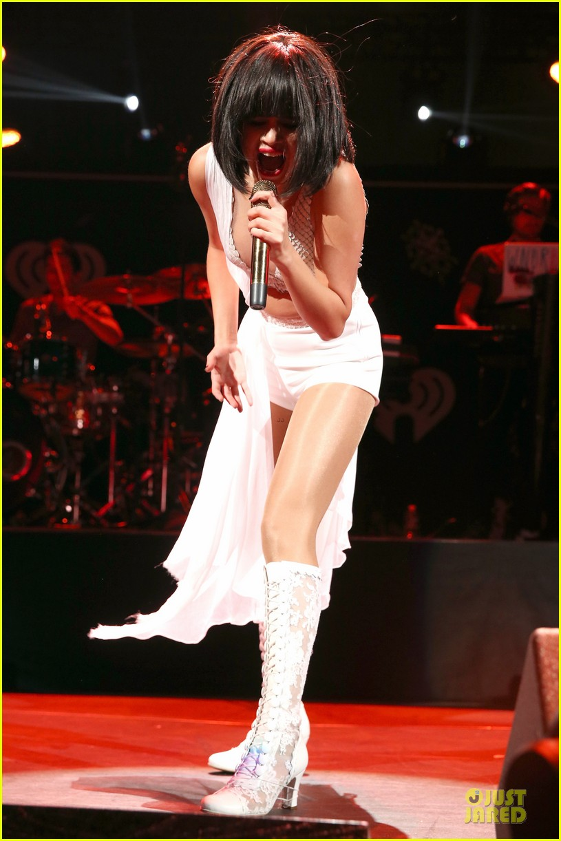 selena gomez sports wig for 1061 kiss fm jingle ball 19