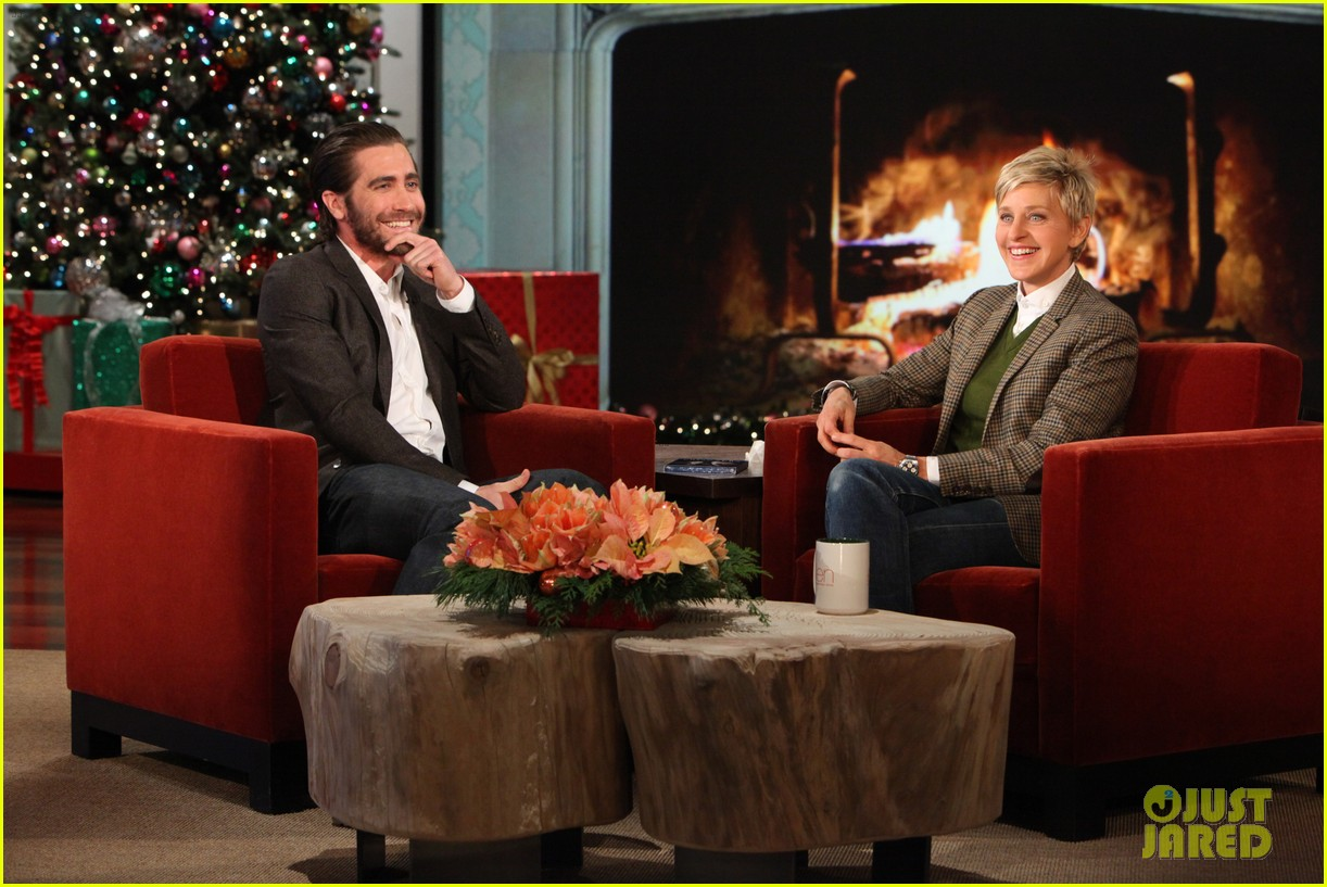 jake gyllenhaal reveals injured hand on ellen show 01