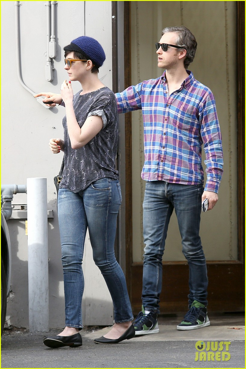 anne hathaway adam shulman flat tire after meal 113004169