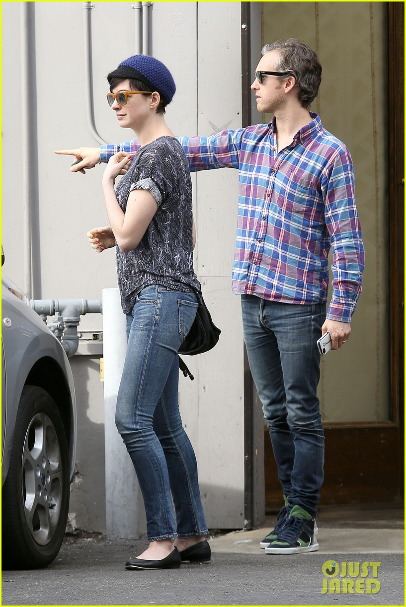 anne hathaway adam shulman flat tire after meal 123004170