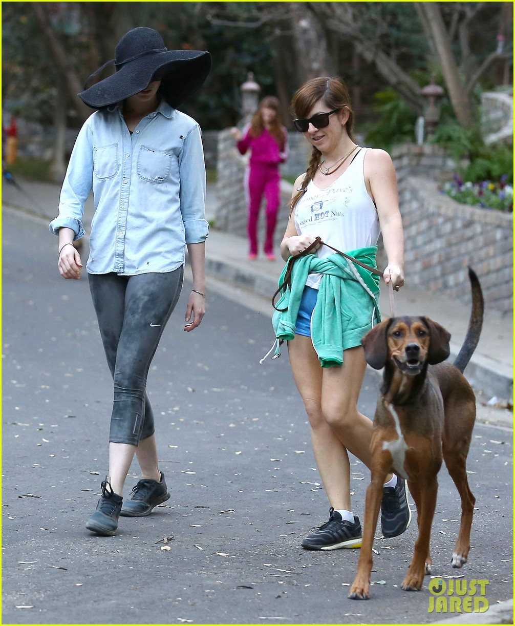 anne hathaway hides under floppy hat in los angeles 05