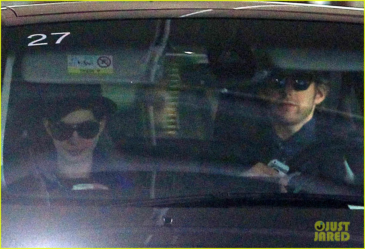 anne hathaway hides under floppy hat in los angeles 063019875