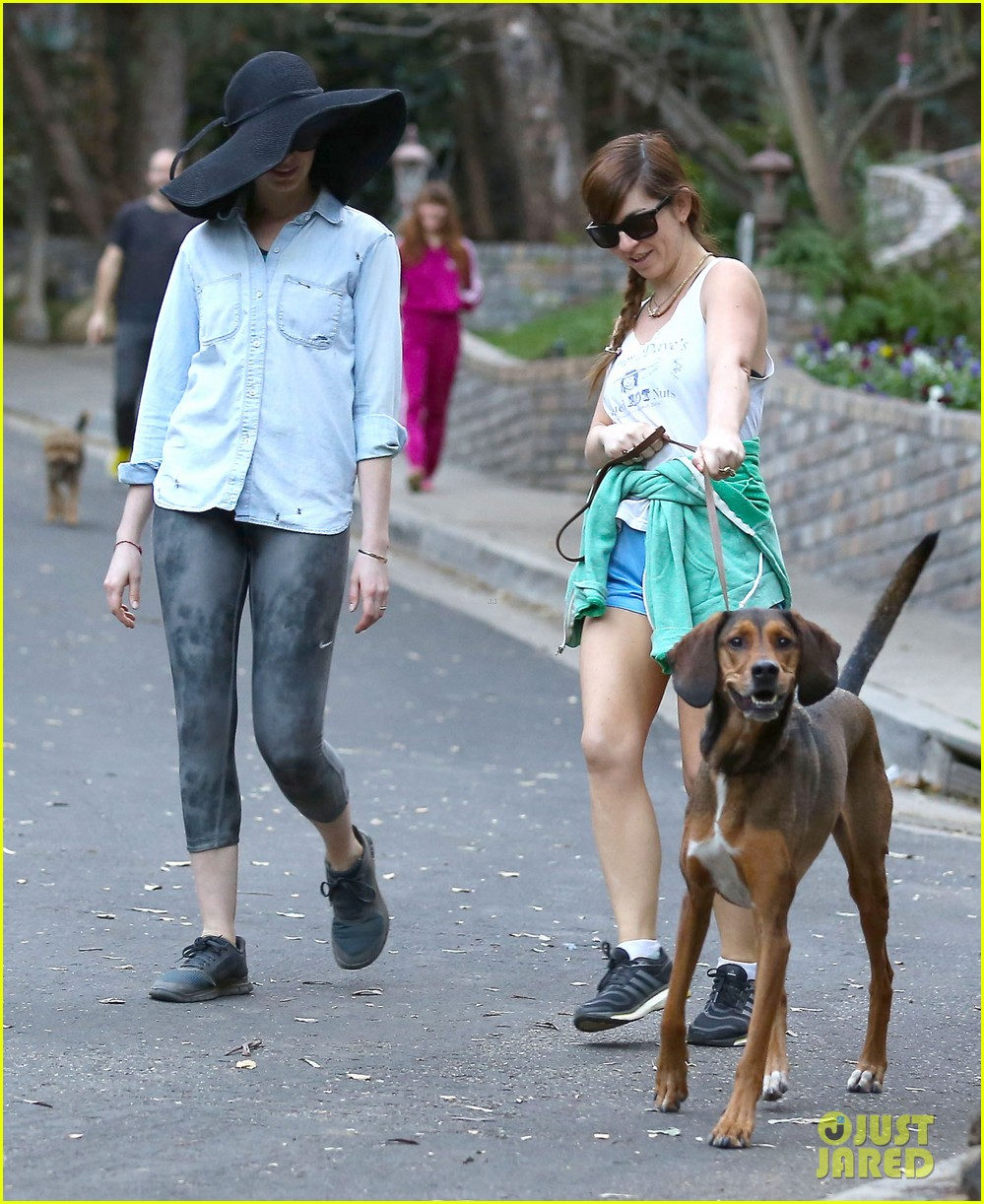 anne hathaway hides under floppy hat in los angeles 123019881
