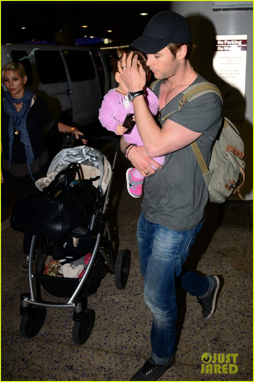 chris hemsworth carries india in his huge arms at lax 223015356
