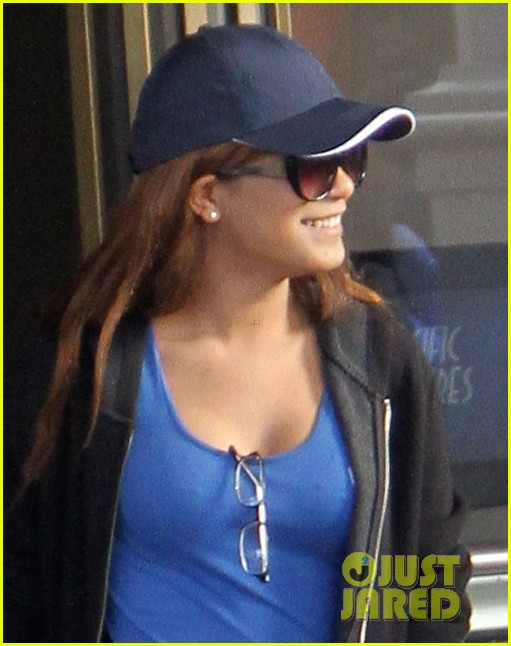 vanessa hudgens back on west coast after nyc trip 013010563