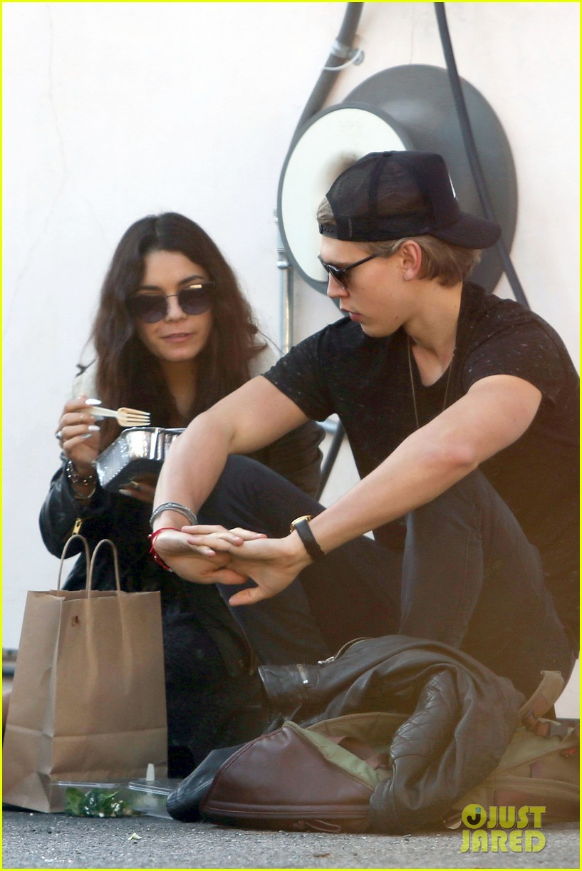 vanessa hudgens austin butler lunchin lovebirds in venice 10