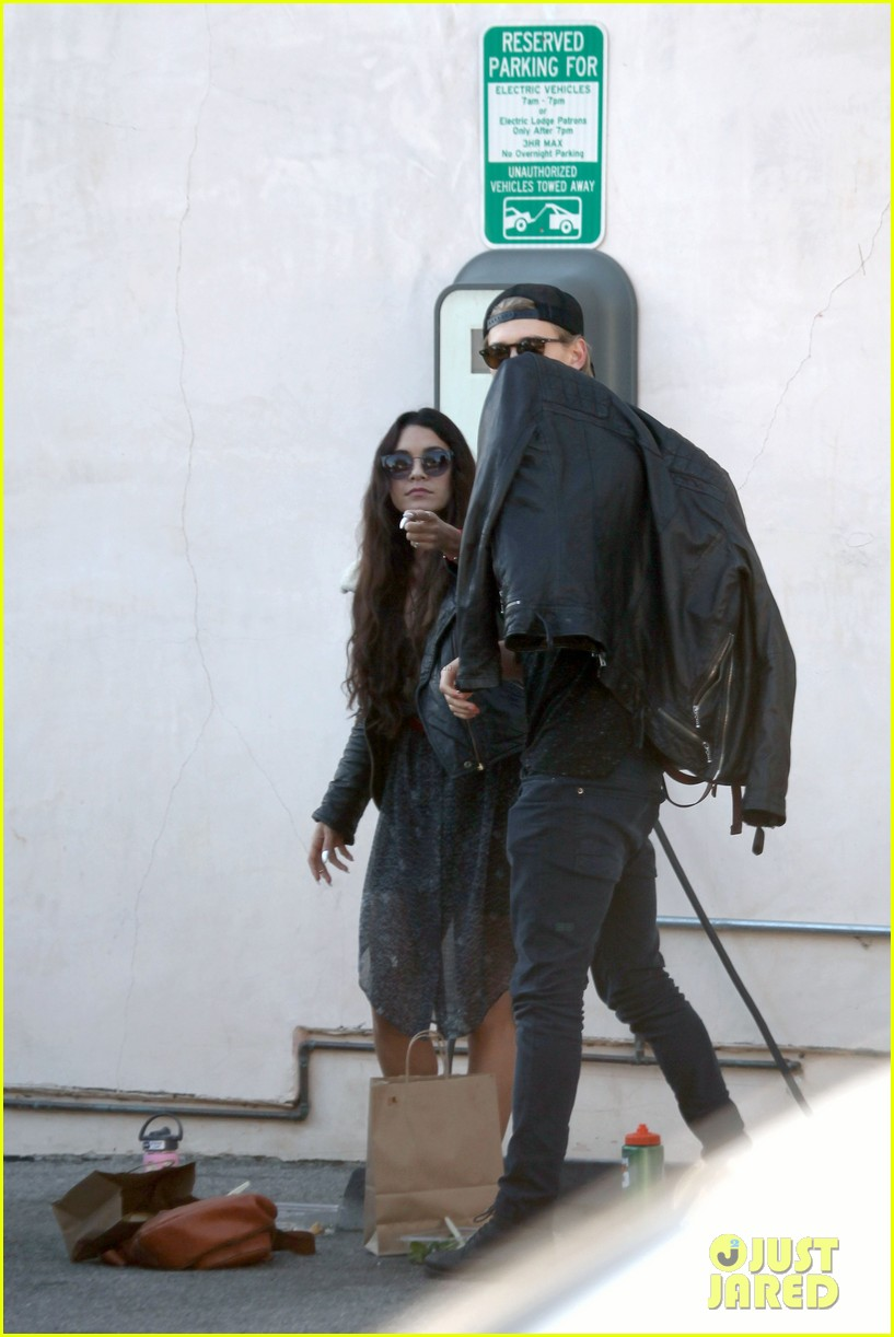 vanessa hudgens austin butler lunchin lovebirds in venice 16