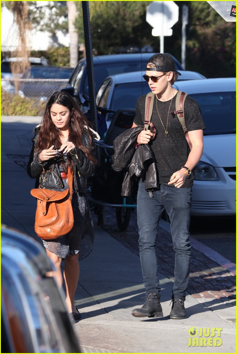 vanessa hudgens austin butler lunchin lovebirds in venice 233019747