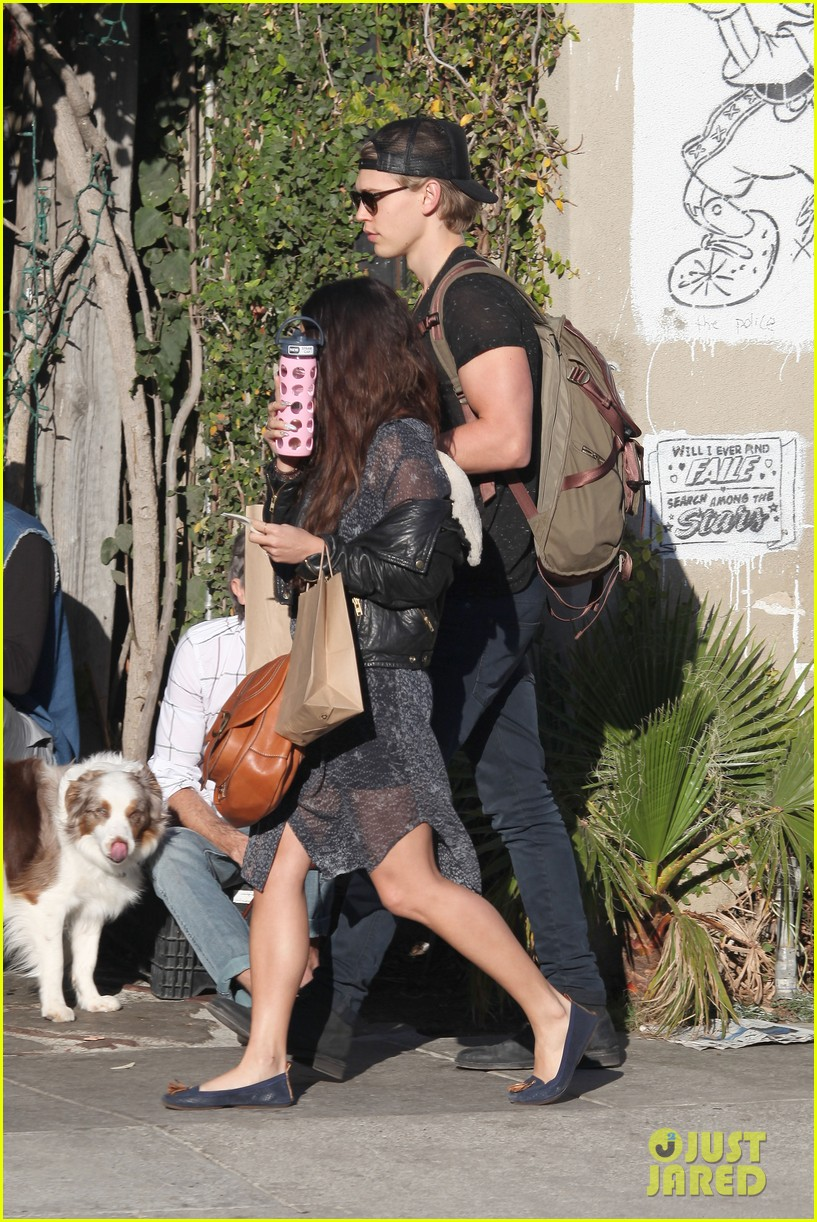 vanessa hudgens austin butler lunchin lovebirds in venice 30