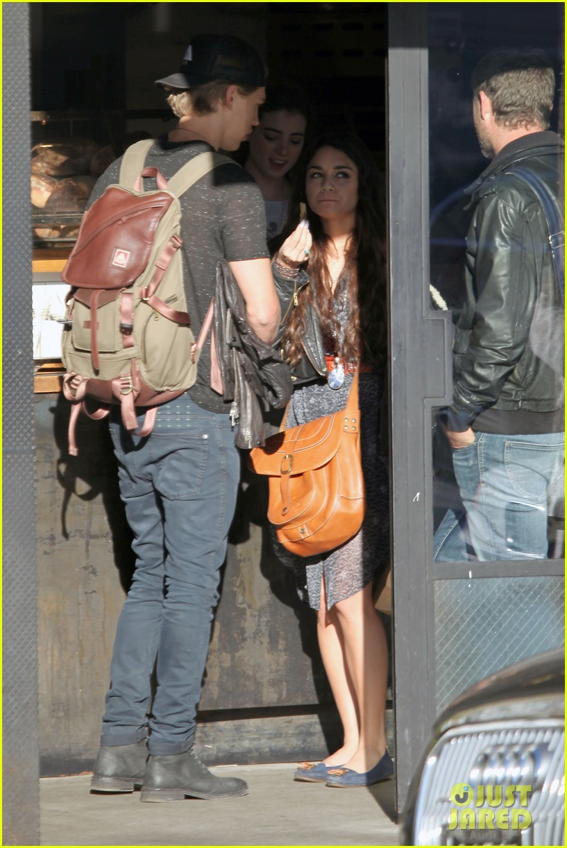 vanessa hudgens austin butler lunchin lovebirds in venice 34