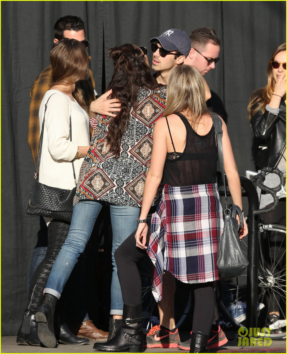 joe jonas jesse metcalfe lunch with their gals 09