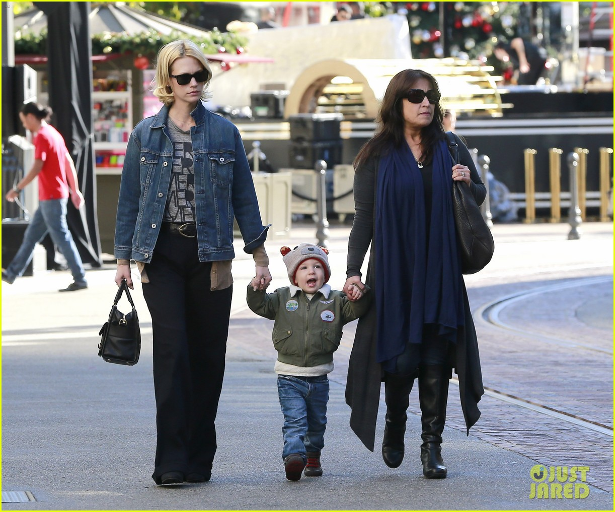 january jones takes xander to meet santa claus 063007059