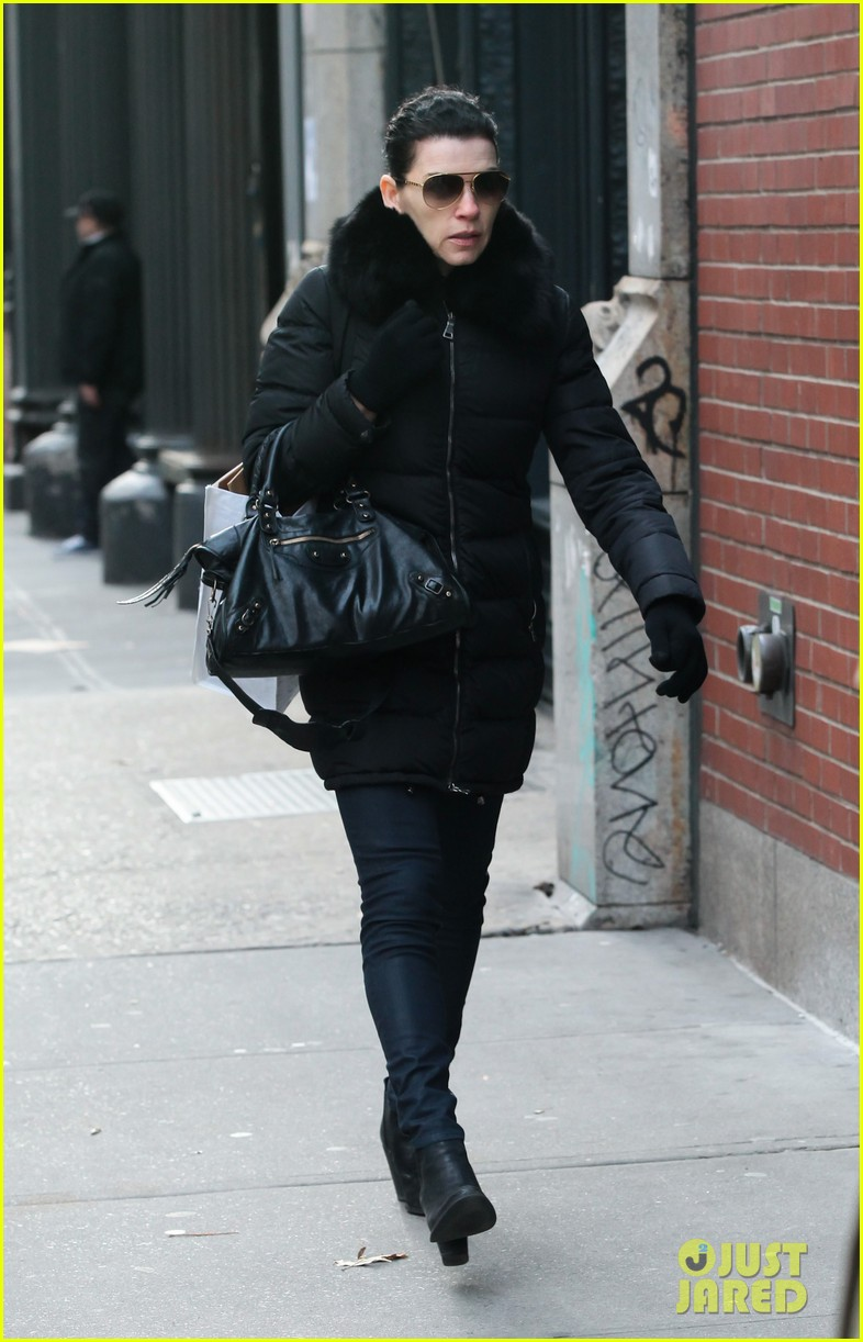 julianna margulies braves brisk weather for christmas eve walk 013017780