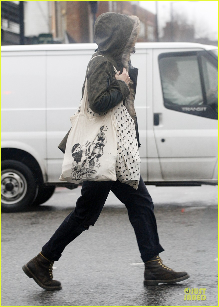 keira knightley james righton last minute holiday shopping 09
